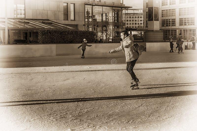 斯洛伐克,滑冰2018年的12月 女孩少年冰鞋 在街道上的室外活动 室外滑冰在溜冰场 免版税库存图片