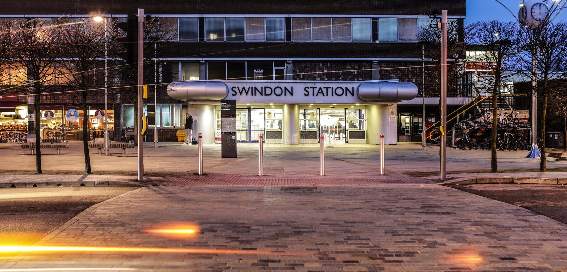 斯温登火车站在威尔特郡在与轻的足迹的晚上 免版税库存照片