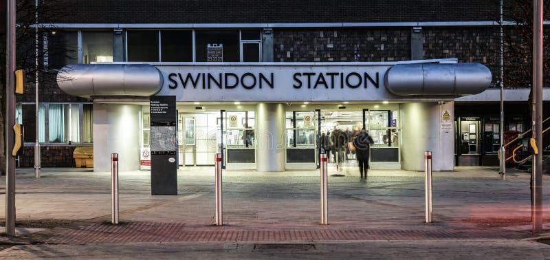 斯温登火车站在威尔特郡在与轻的足迹的晚上 库存照片