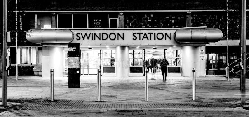 斯温登火车站在威尔特郡在与轻的足迹的晚上 库存图片
