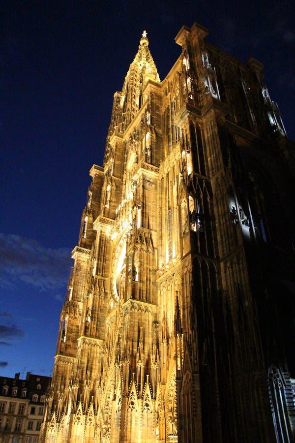 斯特拉斯堡主教座堂进入了夜生活,但是天空慢慢地退色 图库摄影