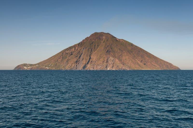 斯特龙博利岛火山岛在西西里岛,意大利 免版税库存图片