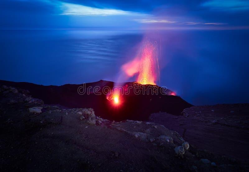 斯特龙博利岛火山的爆发,风神海岛,西西里岛,意大利 免版税库存照片