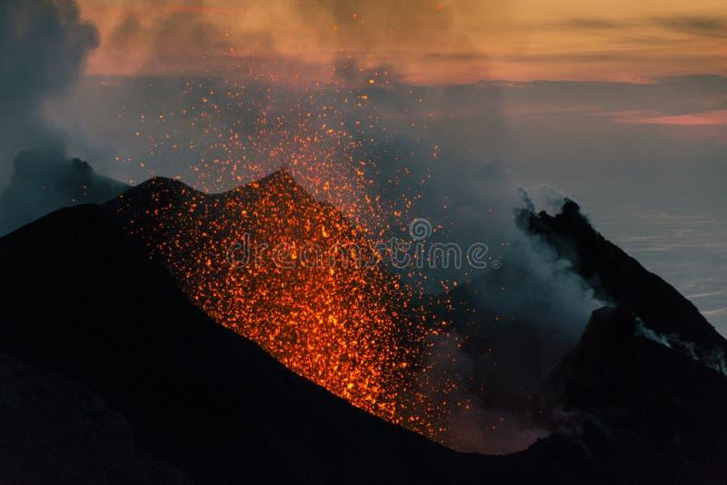 斯特龙博利岛的爆发日落的 库存图片