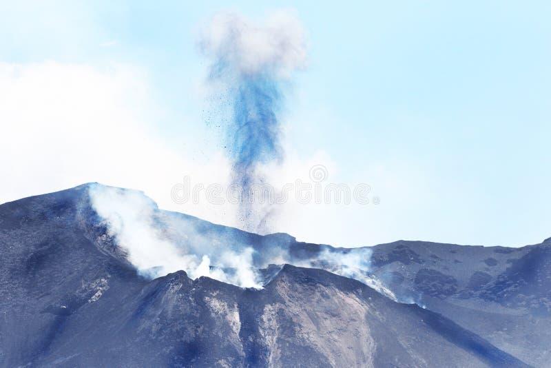 斯特龙博利火山2天afterJuly 3,2019年爆发 一个小海岛在第勒尼安海,在离西西里岛的北海岸的附近,意大利 免版税库存照片