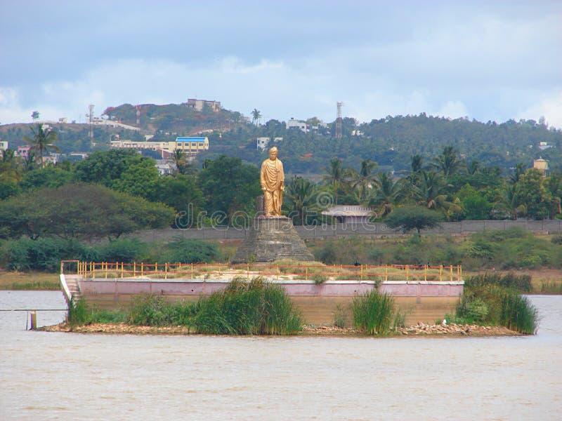 斯瓦米・维韦卡南达雕象在Unkal湖,卡纳塔克邦,印度 免版税库存图片