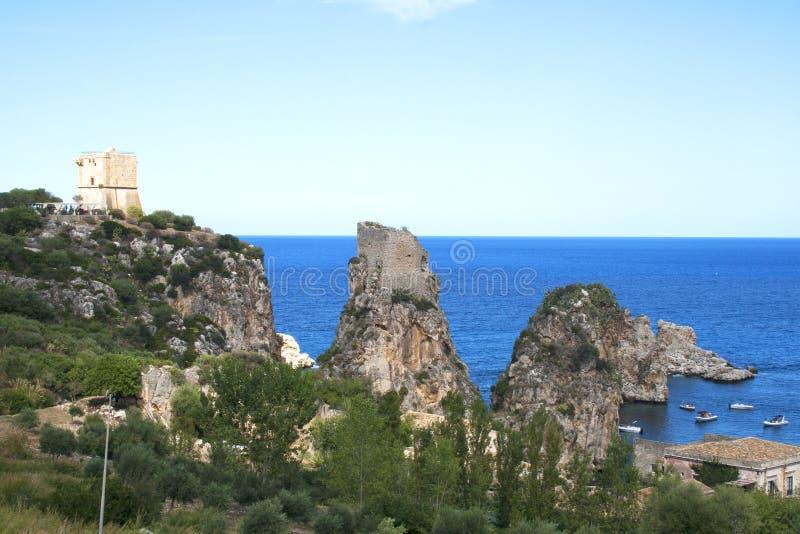 斯科佩洛海滩,西西里岛,意大利从在Tonnara二斯科佩洛上的森林观看了 免版税库存图片