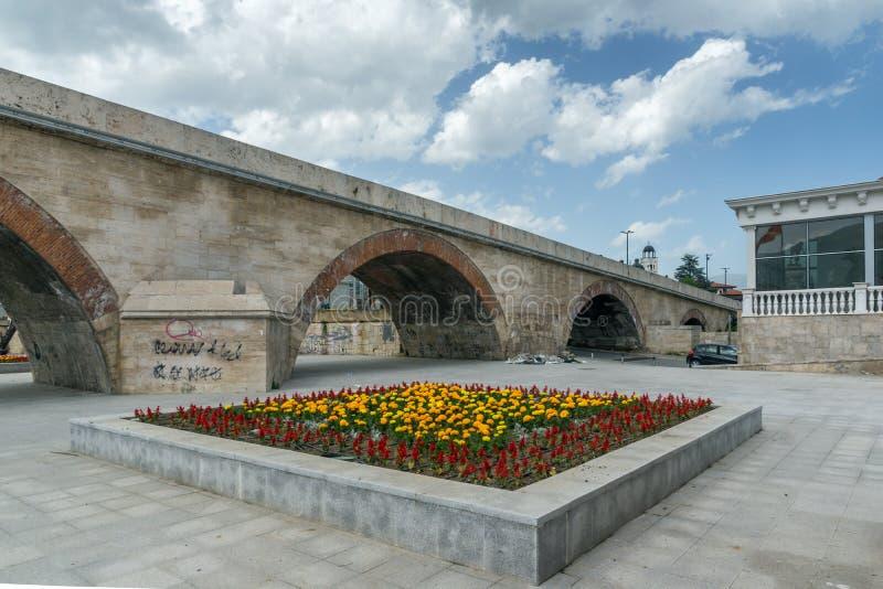 斯科普里市中心、老石桥梁和瓦尔达尔河河,马其顿共和国 库存照片