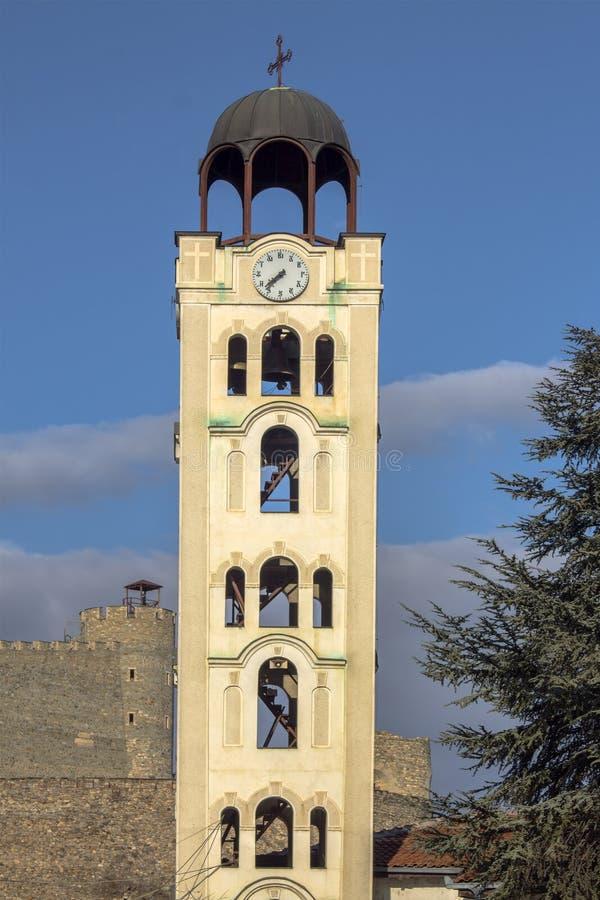 斯科普里建筑学  钟楼在城市的中心以堡垒为背景的 马其顿 免版税库存图片