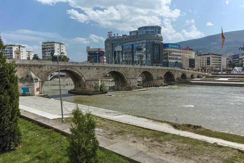斯科普里,马其顿共和国- 2017年5月13日:斯科普里市中心、老石桥梁和瓦尔达尔河河 免版税库存图片