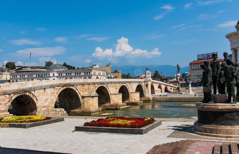 斯科普里,马其顿- 2017年8月26日:在瓦尔达尔河河的斯科普里石桥梁在大广场附近在斯科普里 免版税库存图片
