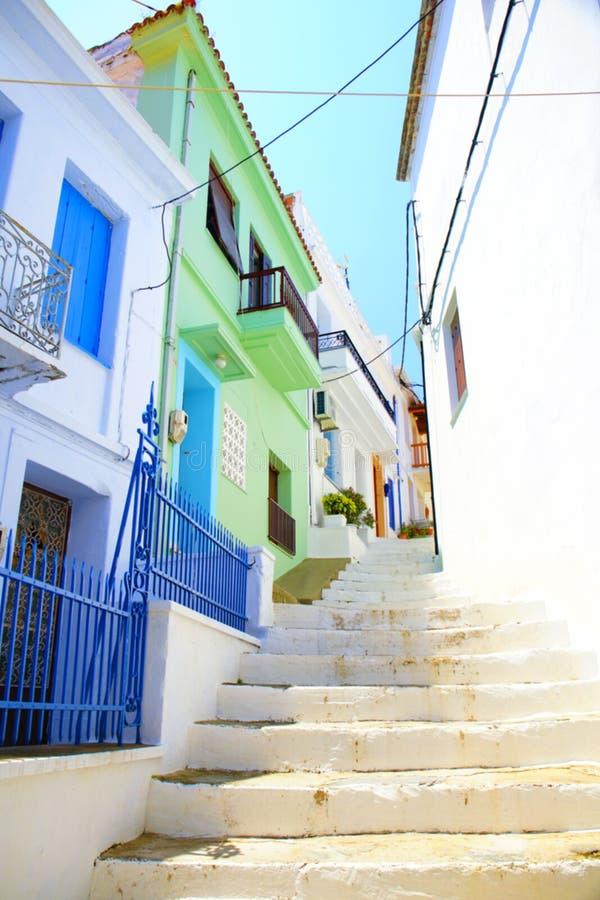 斯科派洛斯岛镇,希腊狭窄的街道  免版税库存照片