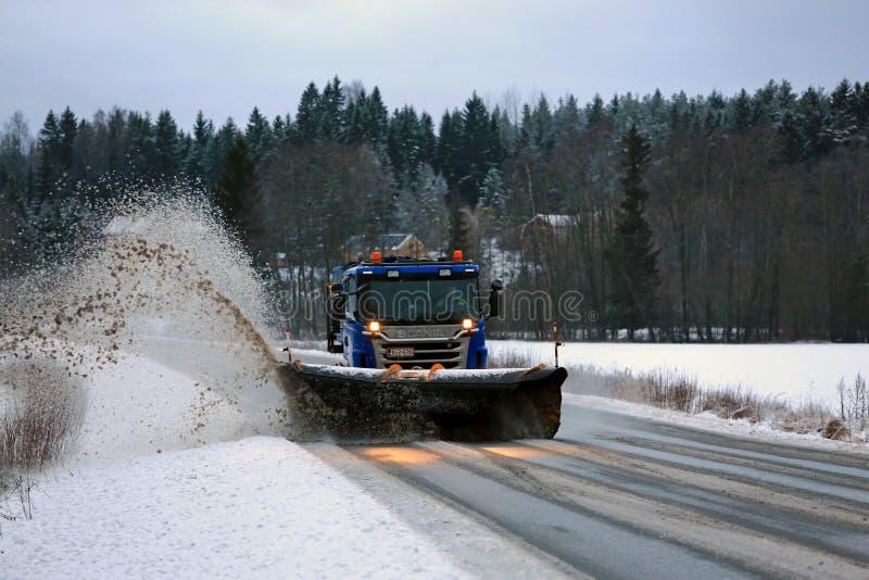 斯科讷除雪机卡车取消雪路 免版税图库摄影