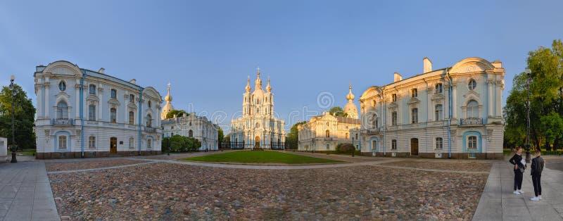 斯莫尔尼宫在日落光下的大教堂全景 库存图片