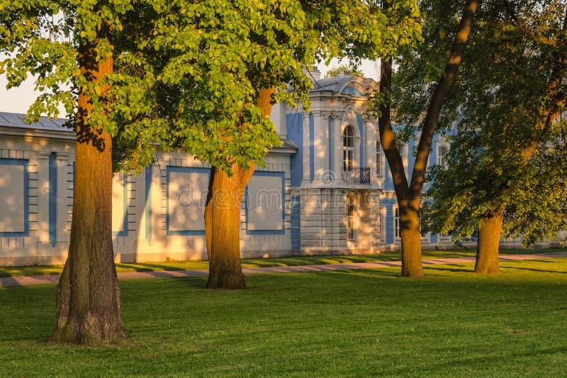 斯莫尔尼宫大教堂墙壁在日落下的点燃 库存照片