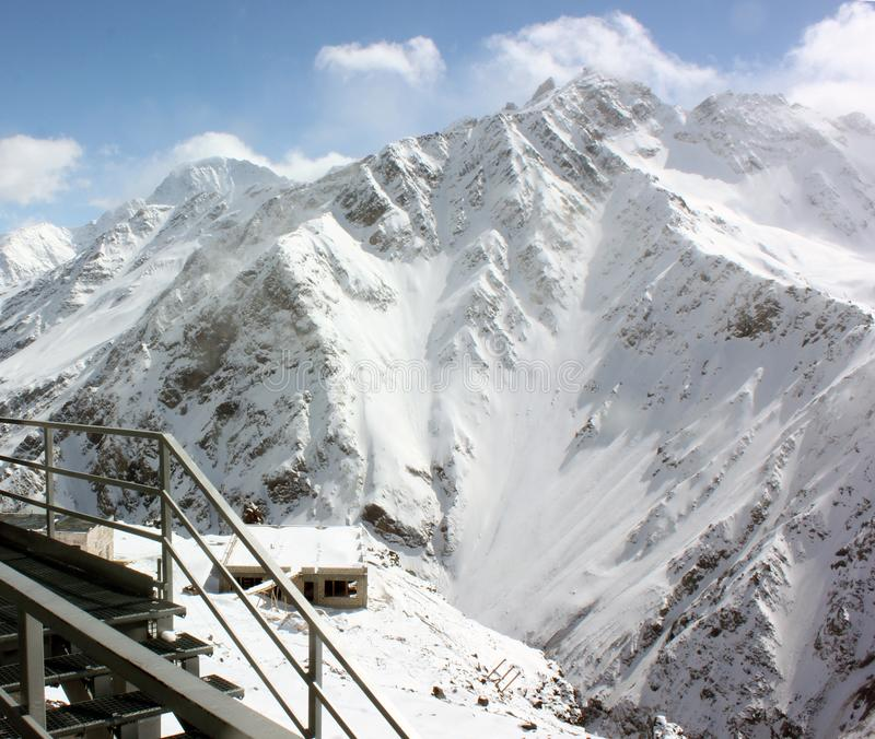 斯诺伊在滑雪场的山坡 免版税图库摄影