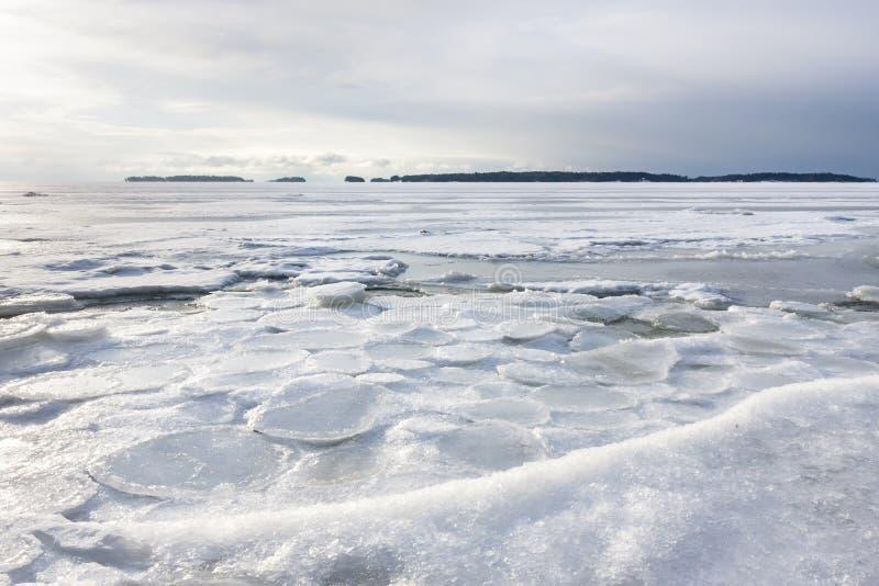 斯诺伊在冻海的冬天风景 免版税库存图片