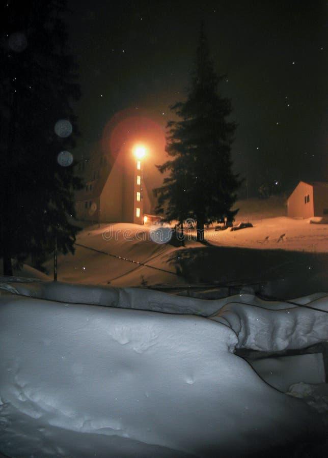斯诺伊山区度假村在晚上 旅馆的看法 免版税库存照片