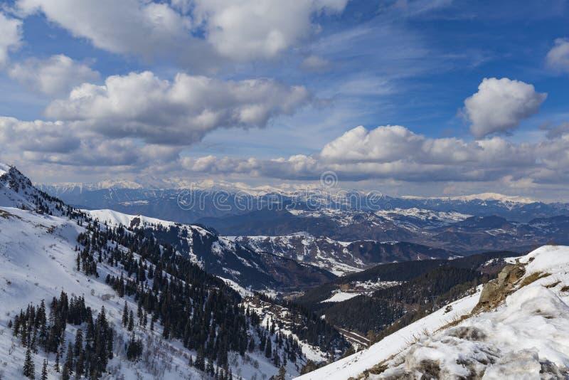 斯诺伊山和多云 免版税库存图片
