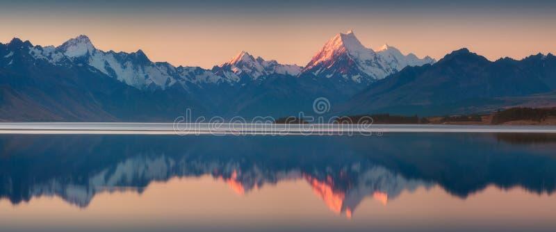斯诺伊山脉在普卡基湖中,库克山,南岛,新西兰寂静的水反射了  绿松石水 库存照片