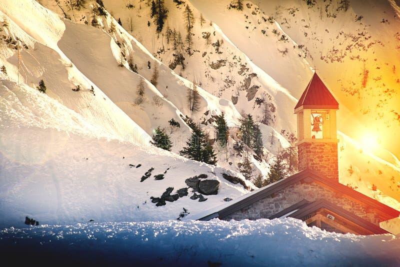 斯诺伊有小教会的山全景 免版税库存图片