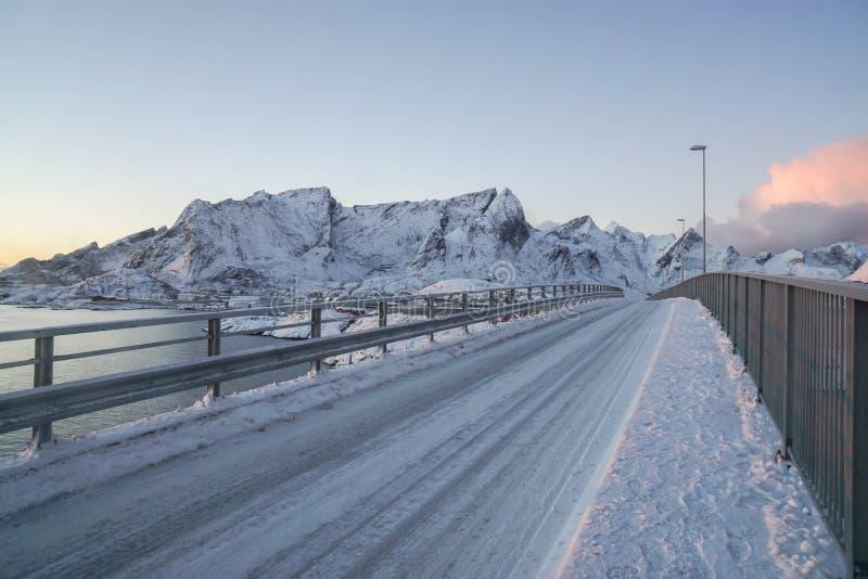 斯诺伊有山脉的曲线路在罗弗敦群岛海岛在挪威 库存照片