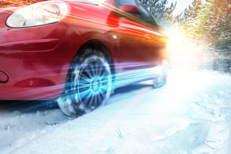 斯诺伊有汽车的乡下公路在冬日 库存图片