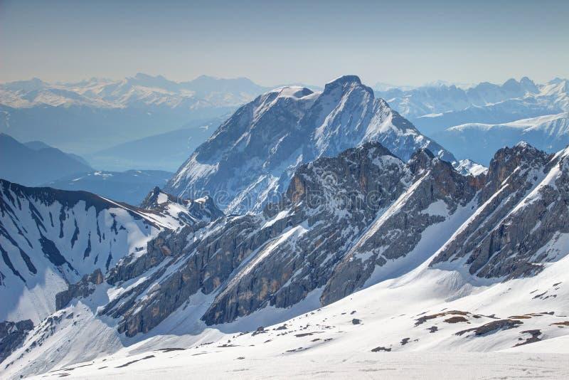 斯诺伊韦特施泰因山脉和Mieminger山在德国/奥地利 免版税库存照片