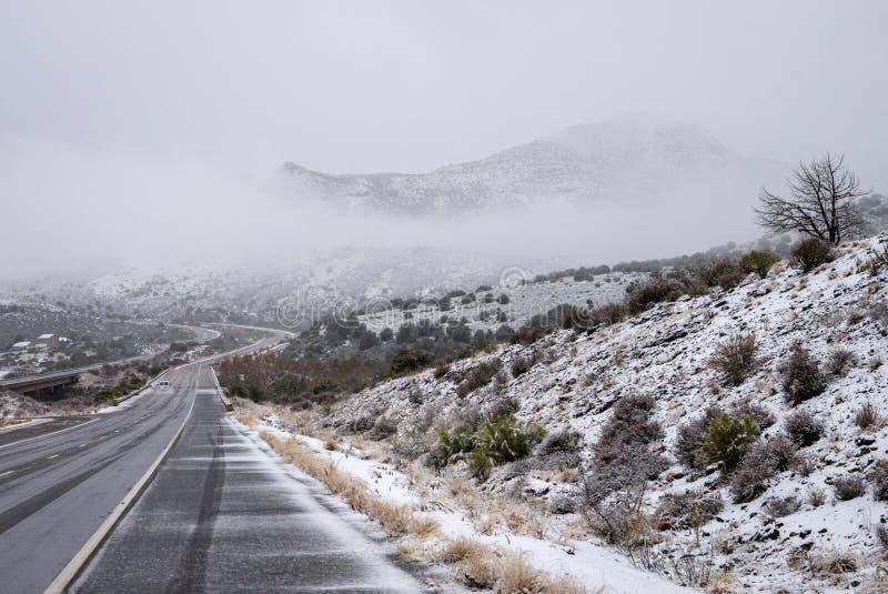 斯诺伊高速公路通过亚利桑那沙漠在冬天 库存图片