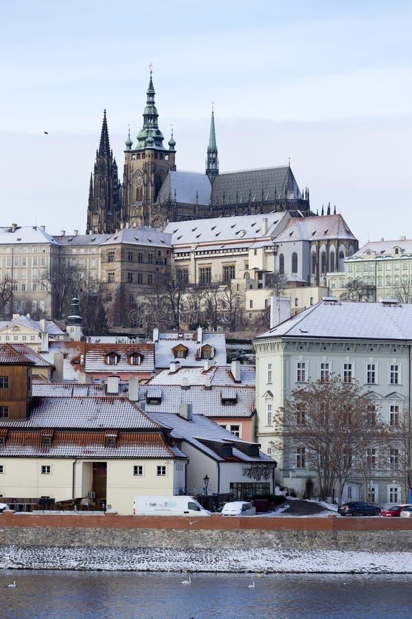 斯诺伊结冰布拉格有哥特式城堡的,捷克共和国一点镇 免版税库存照片