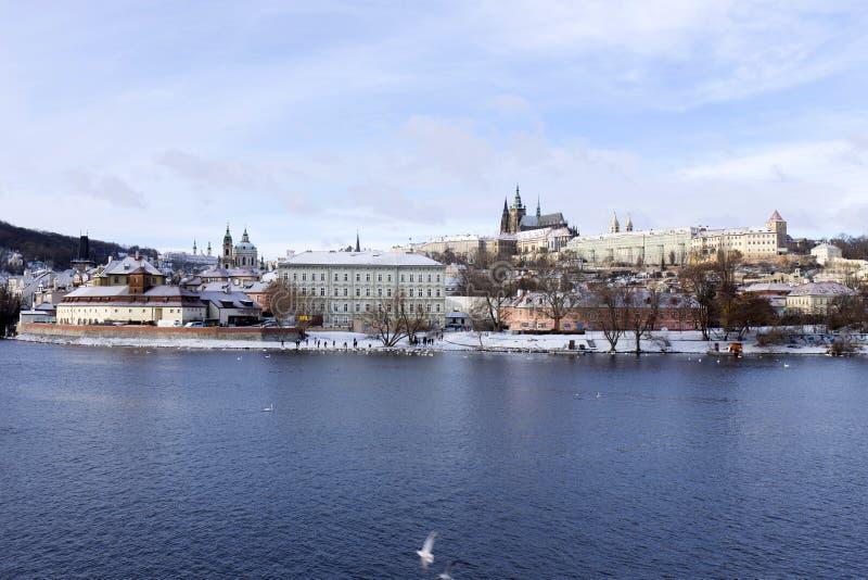 斯诺伊结冰布拉格有哥特式城堡的,捷克共和国一点镇 免版税库存图片