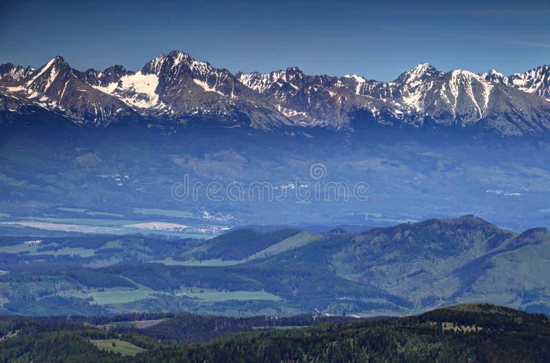 斯诺伊Tatra峰顶、绿色山谷和小山在春天斯洛伐克 库存照片