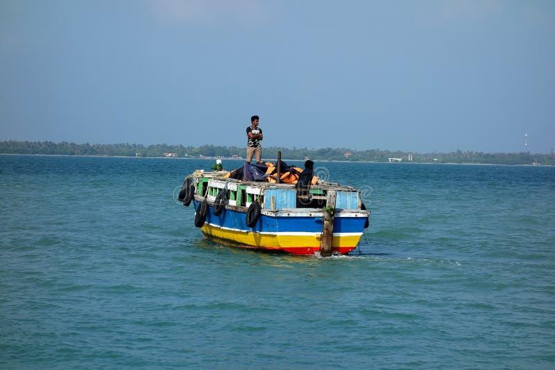 斯里兰卡的海岛小五颜六色的轮渡 库存照片