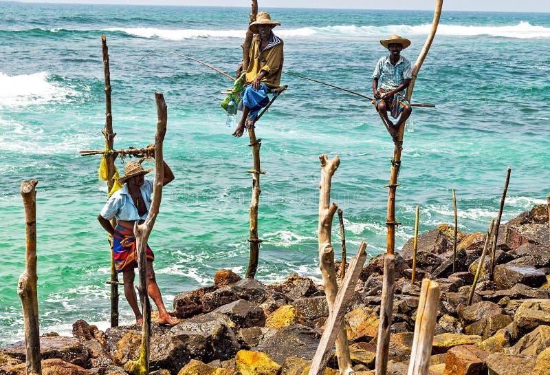 斯里兰卡的高跷渔夫Koggala海滩的  免版税库存照片