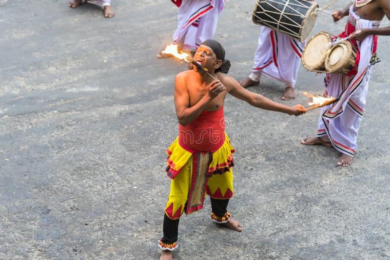 斯里兰卡马塔莱:03/18/2019:以鼓和火食来娱乐游客的消防器 库存照片