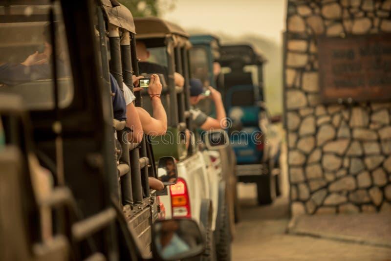 斯里兰卡:横穿全国的车进入Yala国家公园 免版税库存图片