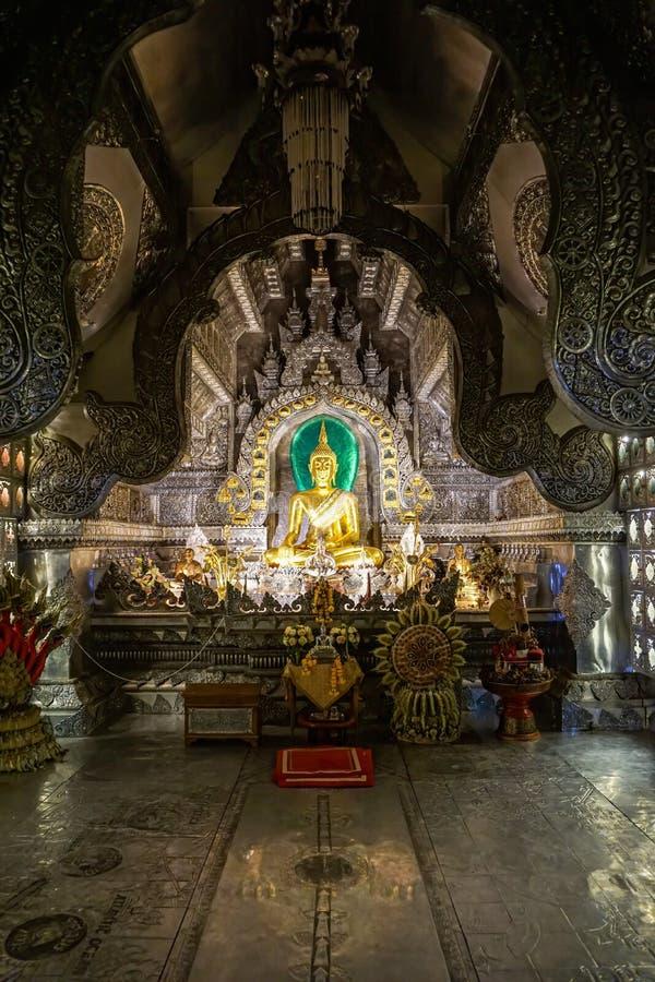 斯里素攀武里寺庙,清迈府,泰国- 2016年6月5日,在世界的第一个银色教堂里面的菩萨 库存照片