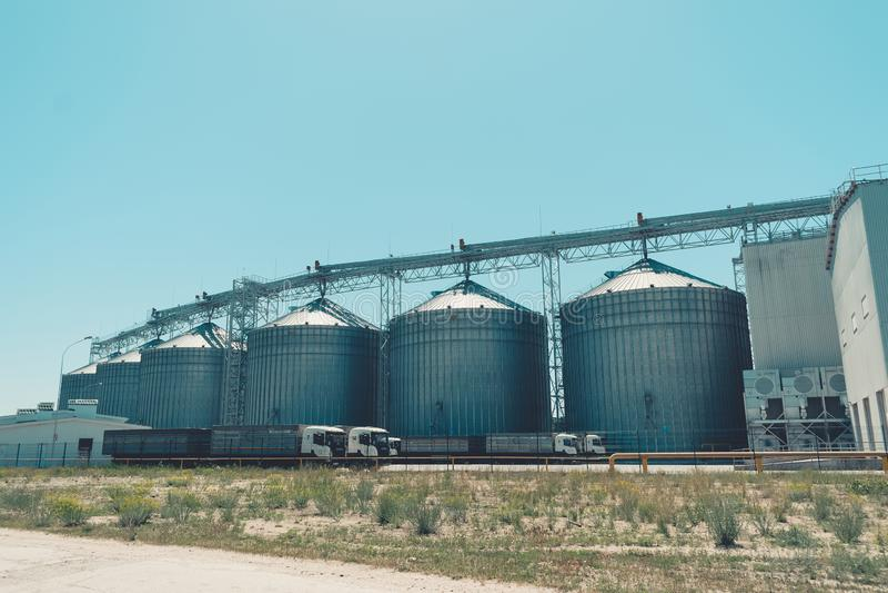 斯韦特洛沃茨克,乌克兰2018年5月27日:反对天空蔚蓝的现代农业筒仓 五谷存贮和干燥,麦子,玉米,大豆 免版税图库摄影