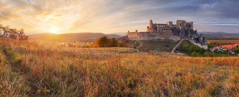 斯洛伐克城堡Beckov -日落自然全景 库存图片