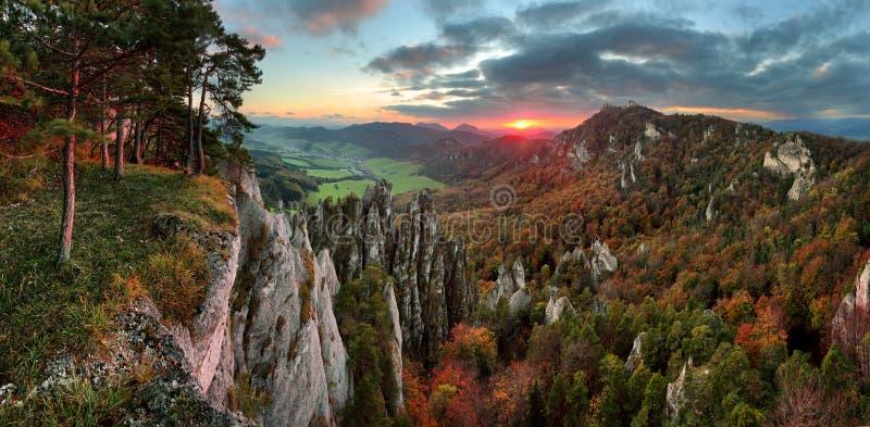 斯洛伐克山森林风景秋天, Sulov 免版税库存照片