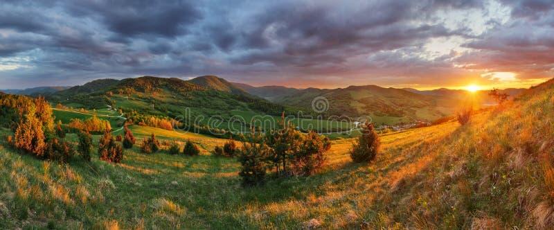 斯洛伐克山草甸日落,全景 免版税库存照片