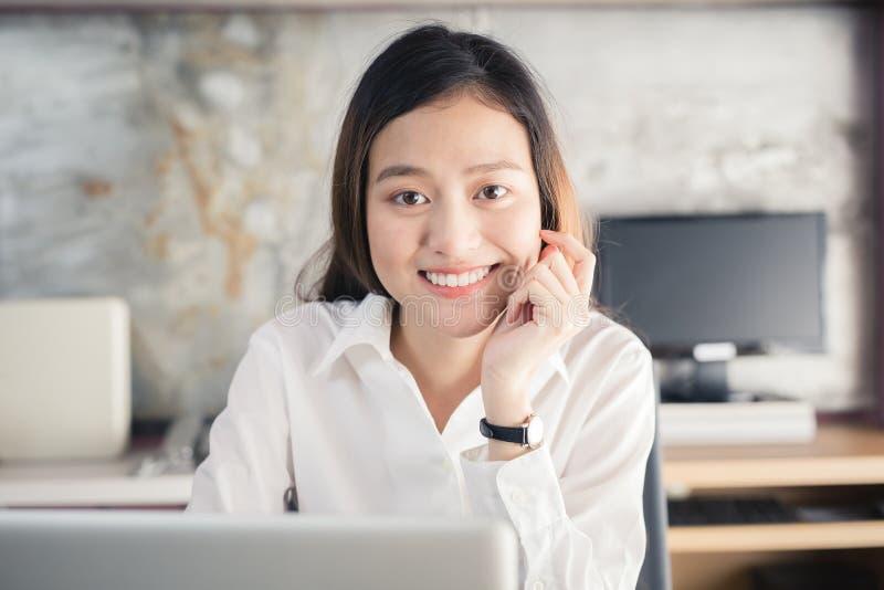新一代亚洲人使用膝上型计算机的女商人在办公室,亚洲 库存照片