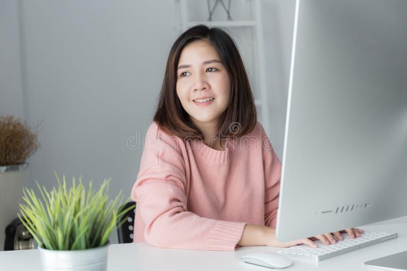 新一代亚洲人使用计算机,亚洲wome的女商人 库存照片