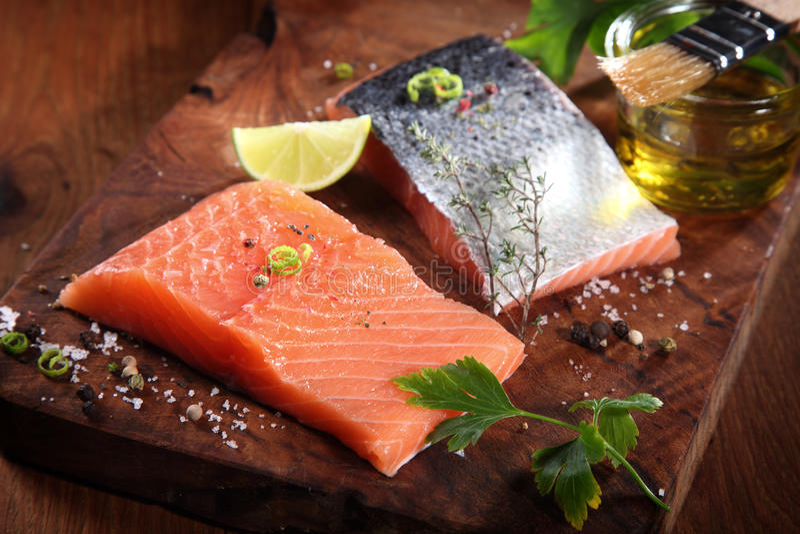 新三文鱼分鱼刀用草本和香料 库存图片
