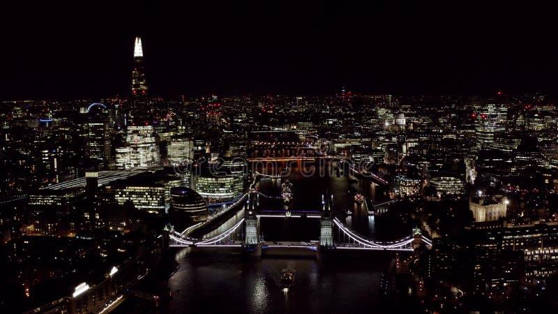 新伦敦都市风景和地标鸟瞰图在晚上 免版税图库摄影