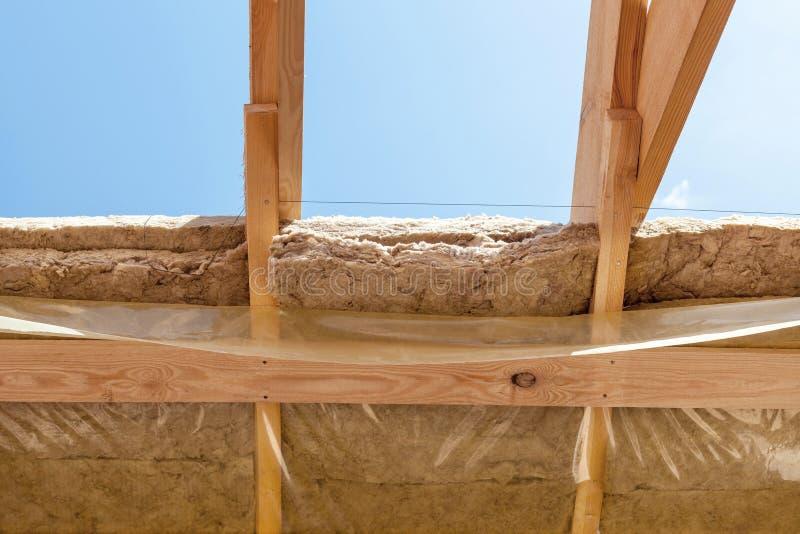 新住宅建设家庭构筑放光与绝缘材料层数和保护影片 免版税库存图片