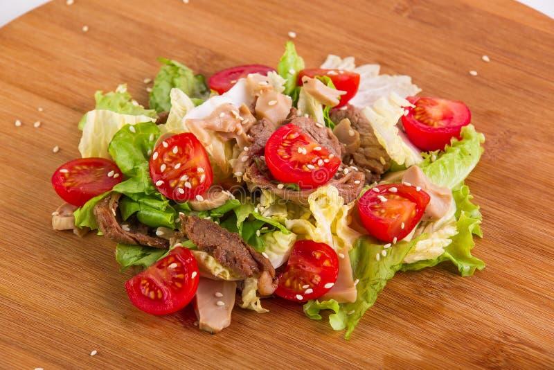 新作沙拉用蕃茄、蘑菇和肉 库存图片