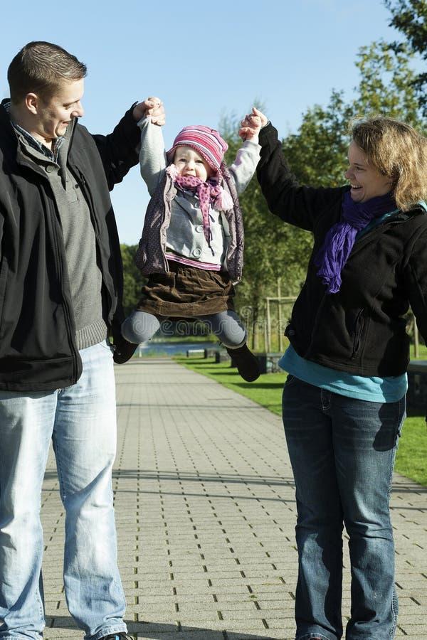 新使用与他们的女儿的妈咪和爸爸 免版税库存照片