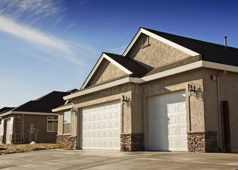 新停车库的房子 免版税图库摄影