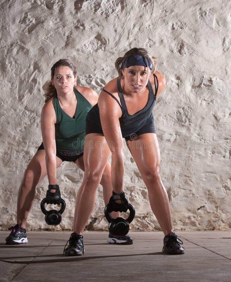 新兵训练所锻炼的二欧洲妇女 免版税库存图片